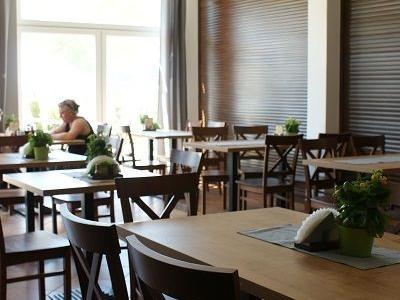 stoły i krzesła w restauracji 2