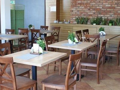 stoły i krzesła w restauracji 1